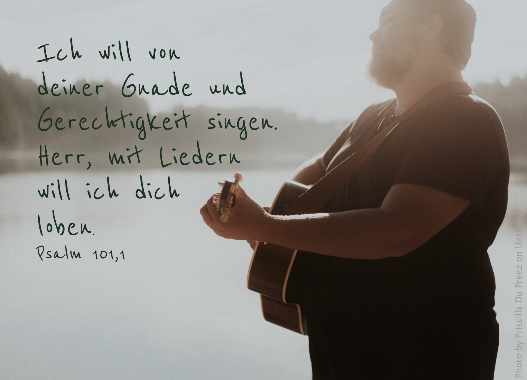 """alt=""""mann_mit_gitarre_am_see_erwartet_bibelhoerbuch_gleichnis_vom_barmherzigen_samariter"""""""