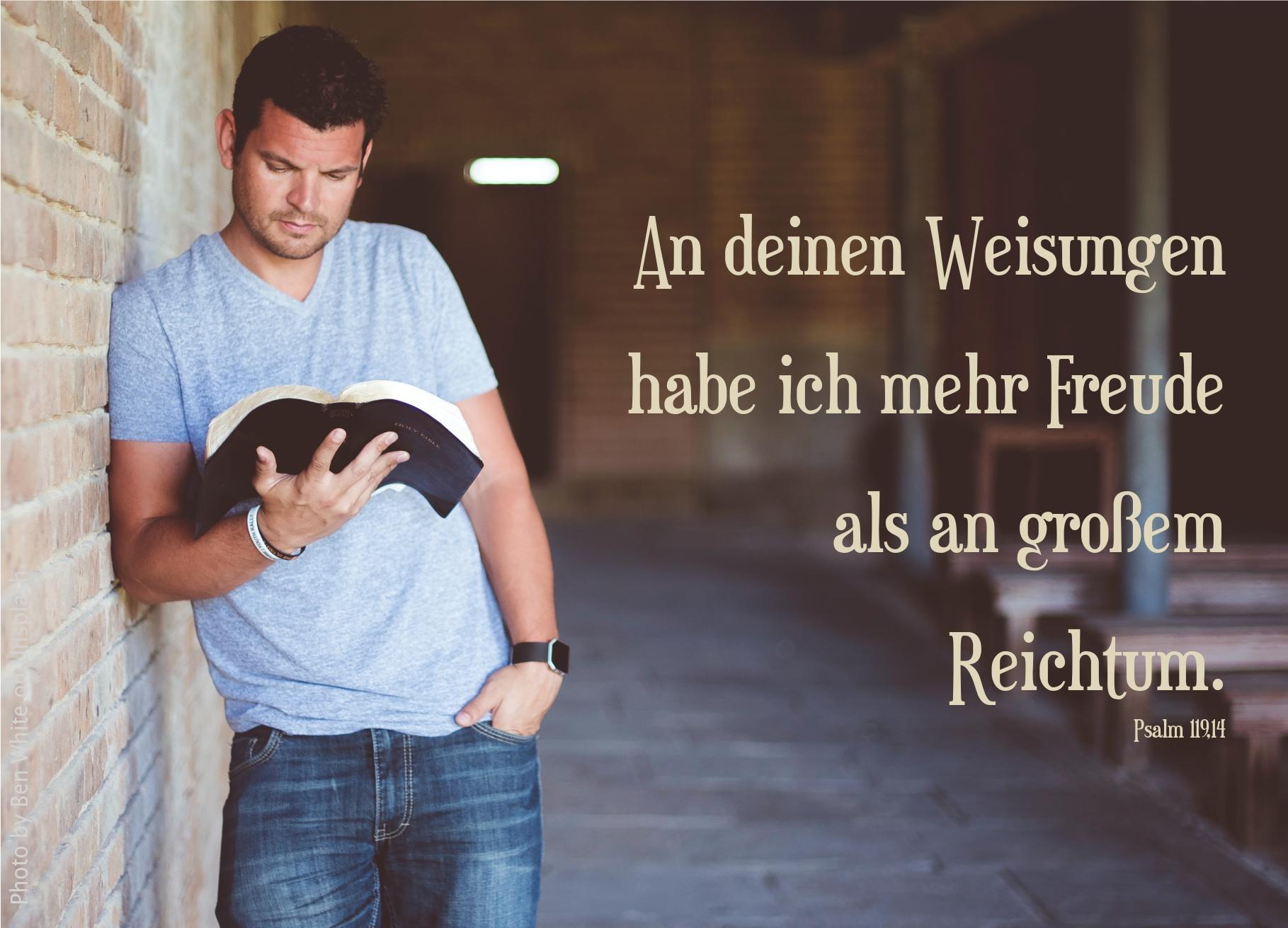 """alt=""""mann_mit_bibel_in_kirche_erwartet_bibelhoerbuch_das_verhoer_vor_pilatus"""""""