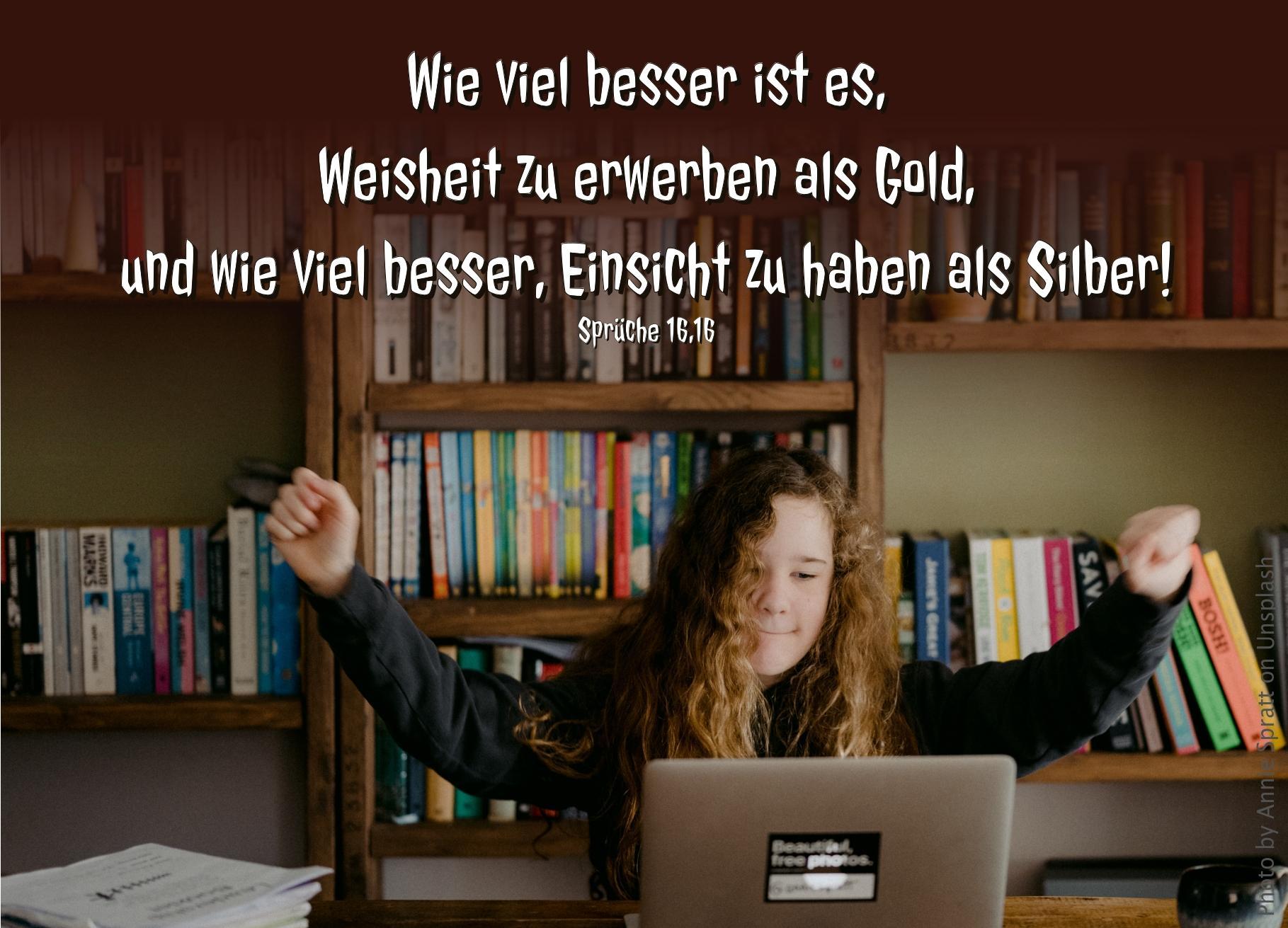 """alt=""""maedchen_vor_buecherwand_am_laptop_erwartet_bibelhoerbuch_davids_rueckkehr_nach_jerusalem"""""""""""
