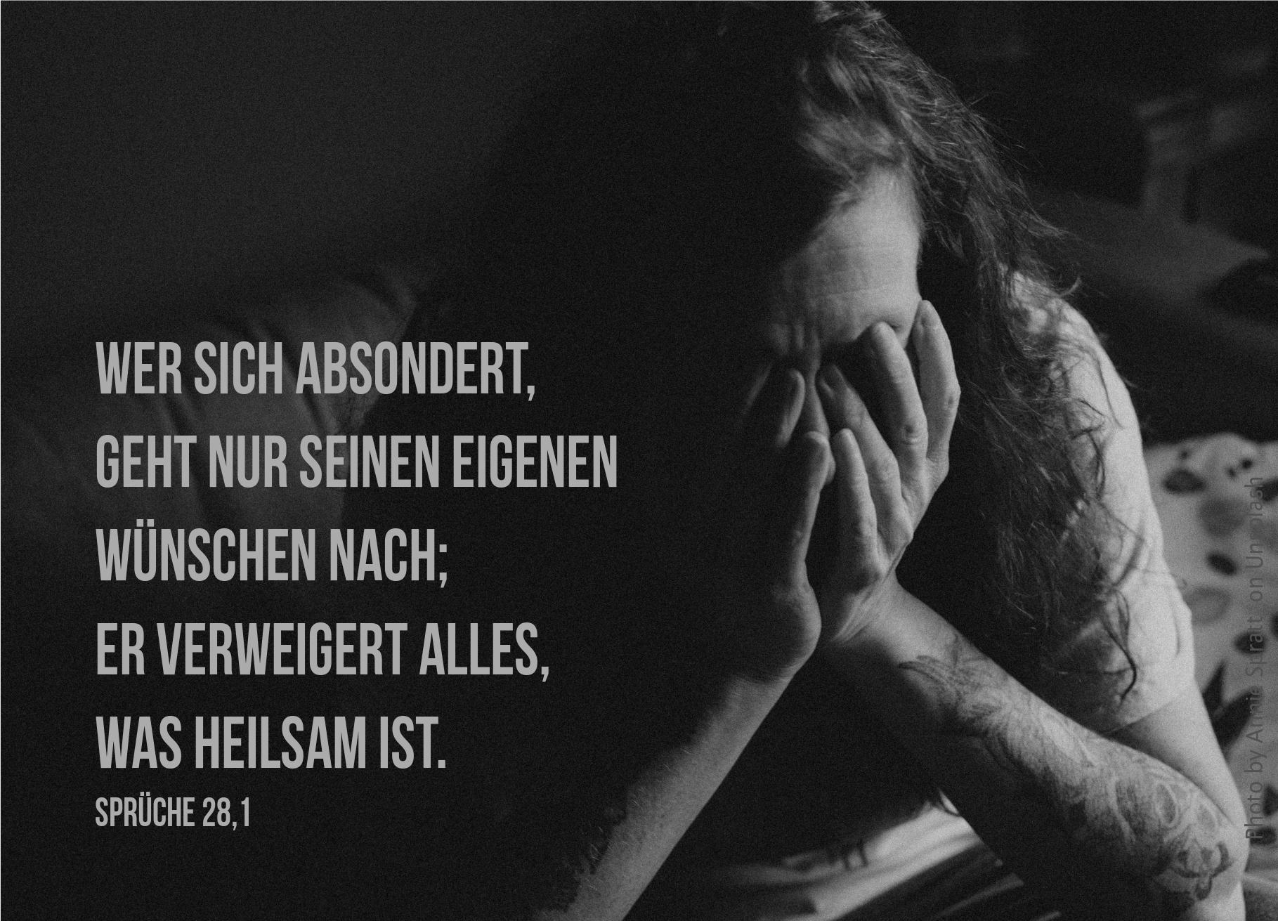 "alt=""Langhaariger_Mann_hat_Hände_vor_dem_Gesicht_erwartet_bibelhoerbuch_Paulus_vor_dem_Hohen_Rat"""