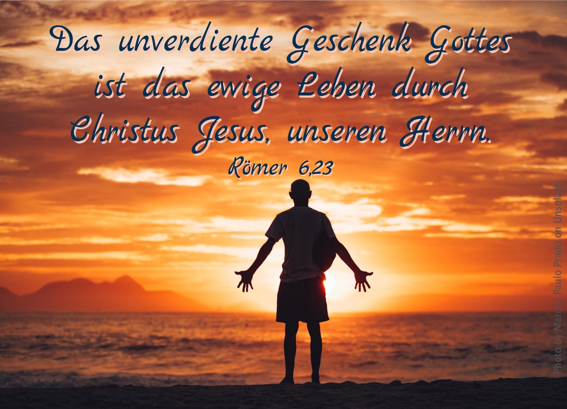 """alt=""""mann_steht_mit_ausgebreiteten_haenden_am_strand_erwartet_bibelhoerbuch_freiheit"""""""