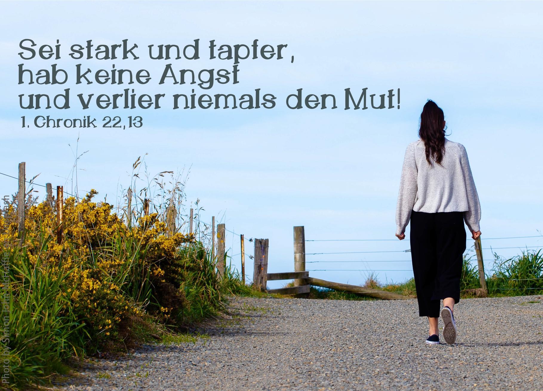 """alt=""""frau_geht_auf_schotterweg_unter_blauem_himmel_erwartet_bibelhoerbuch_zukuenftige_herrlichkeit"""""""