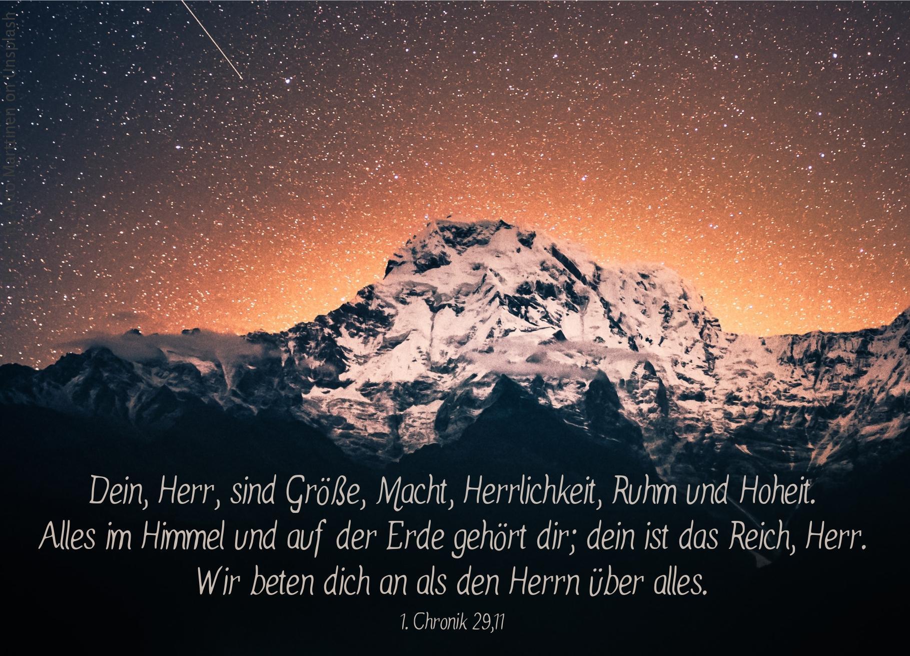 "alt=""bergpanorama_vor_sternenhimmel_erwartet_bibelhoerbuch_erloesung_fuer_alle"""