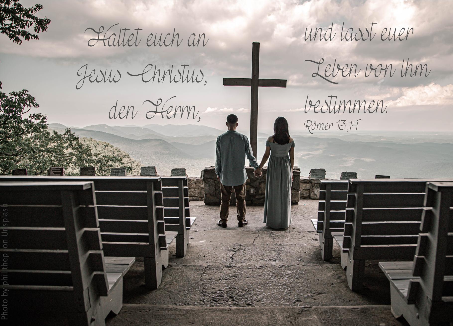 """alt=""""paar_vor_einem_kreuz_auf_einem_berg_erwartet_bibelhoerbuch_die_liebe"""""""