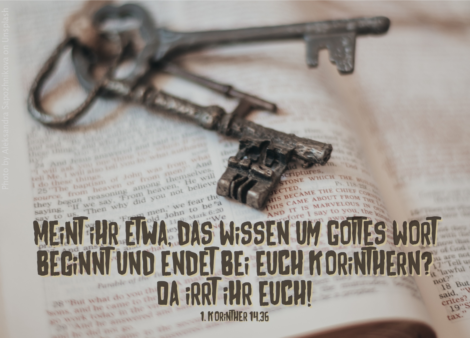 """alt=""""alte_schlüssel_auf_aufgeschlagener_bibel_erwartet_bibelhoerbuch_ordnung_im_gottesdienst"""""""