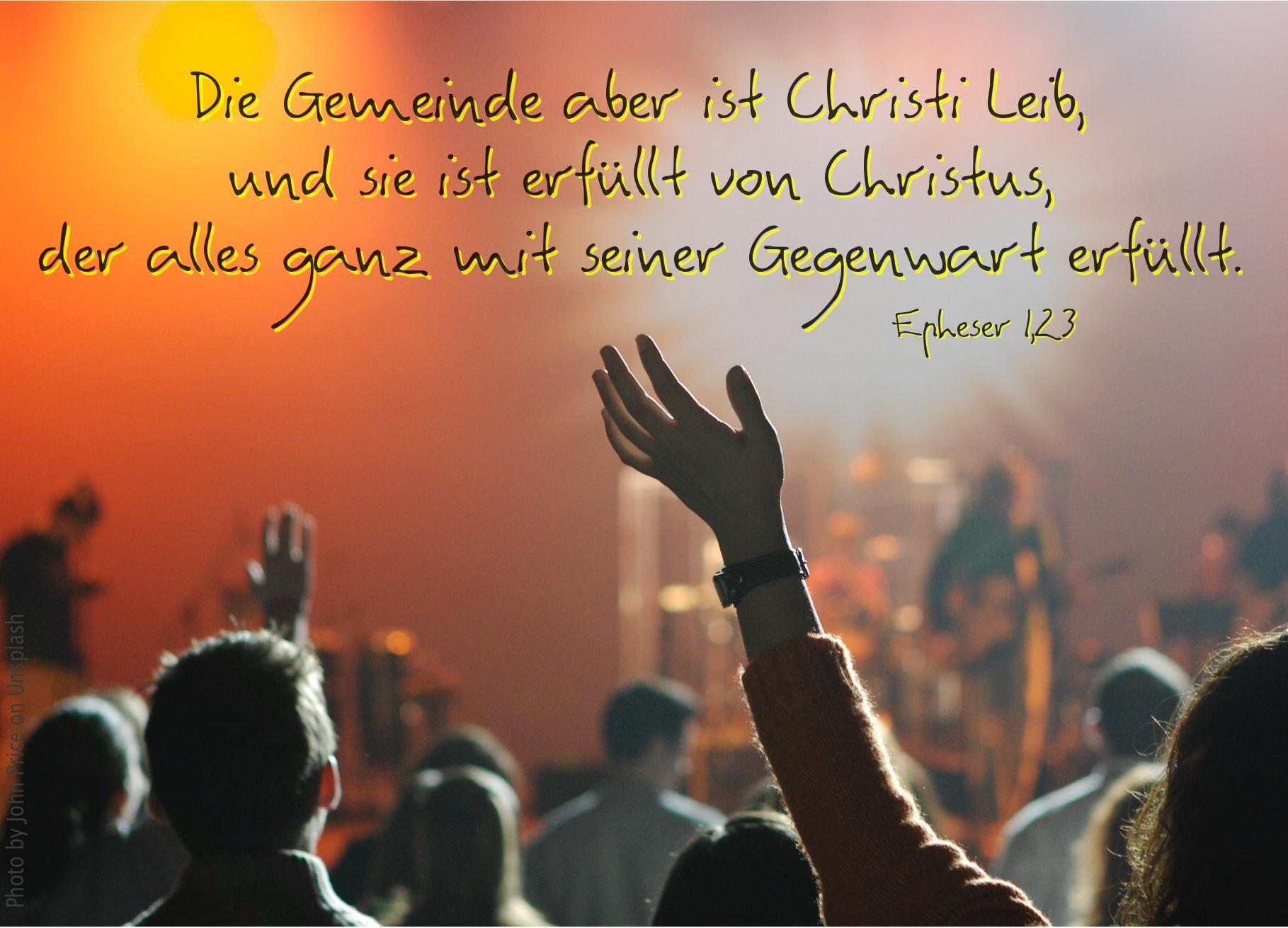 """alt=""""gemeinde_beim_lobpreis_erwartet_bibelhoerbuch_geistlicher_segen"""""""
