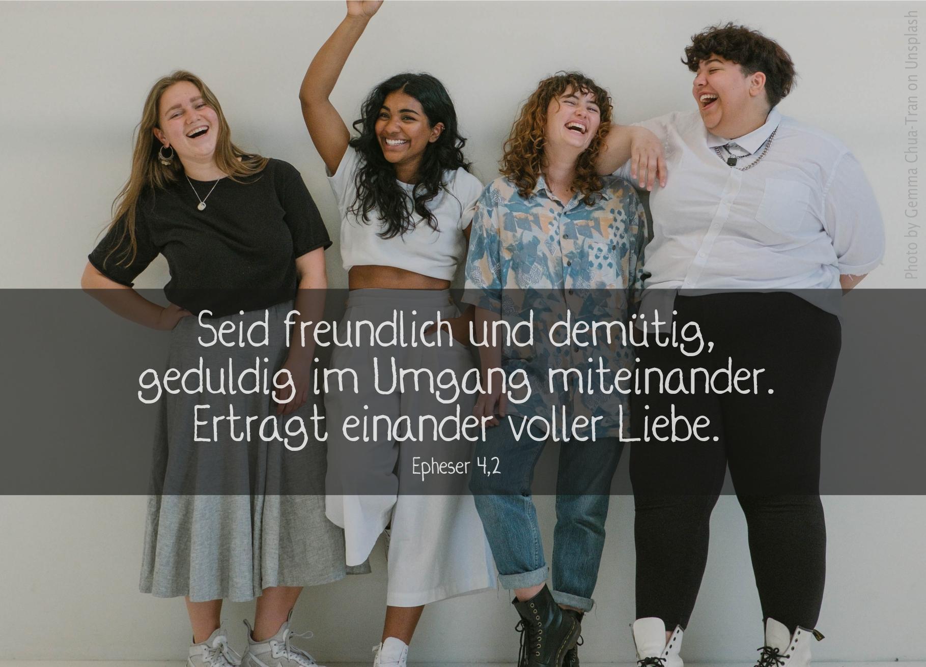 """alt=""""vier_frauen_stehen_lachend_zusammen_erwartet_bibelhoerbuch_Einheit_der_Gemeinde"""""""