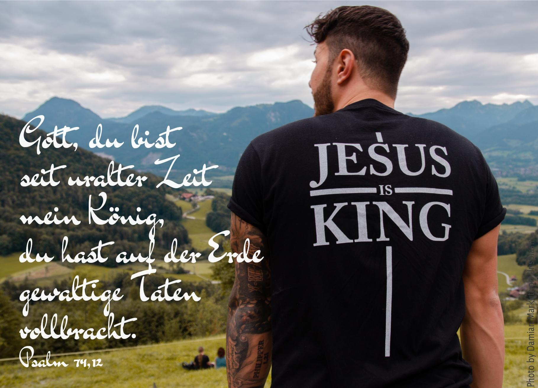 """alt=""""mann_mit_t-shirt_mit_aufschrift_jesus_is_king_erwartet_bibehoerbuch_gericht_und_rettung"""""""