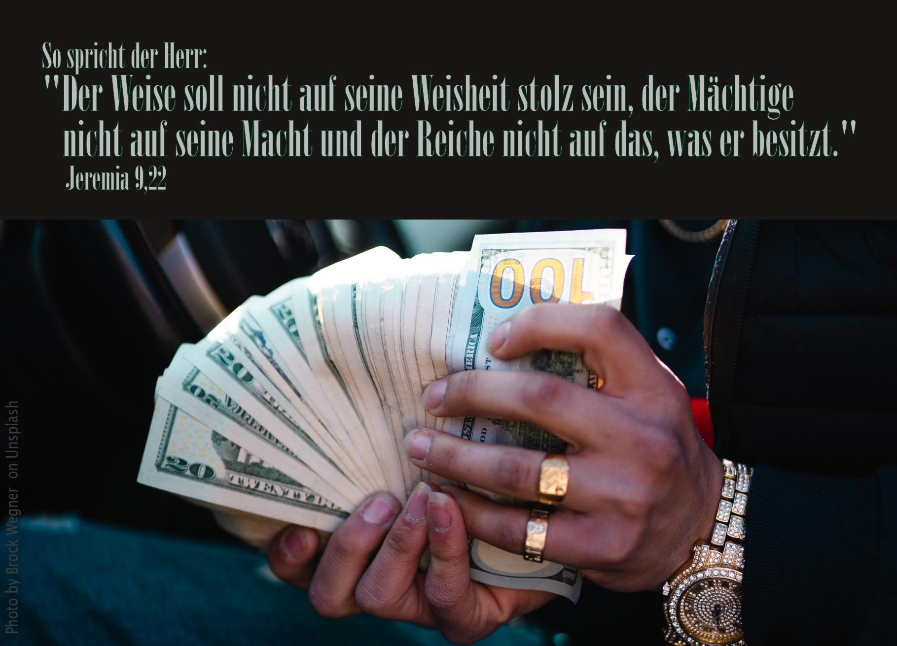 """alt=""""haende_mit_geldscheinen_goldenen_ringen_und_uhr_erwartet_bibelhoerbuch_falsche_propheten"""""""