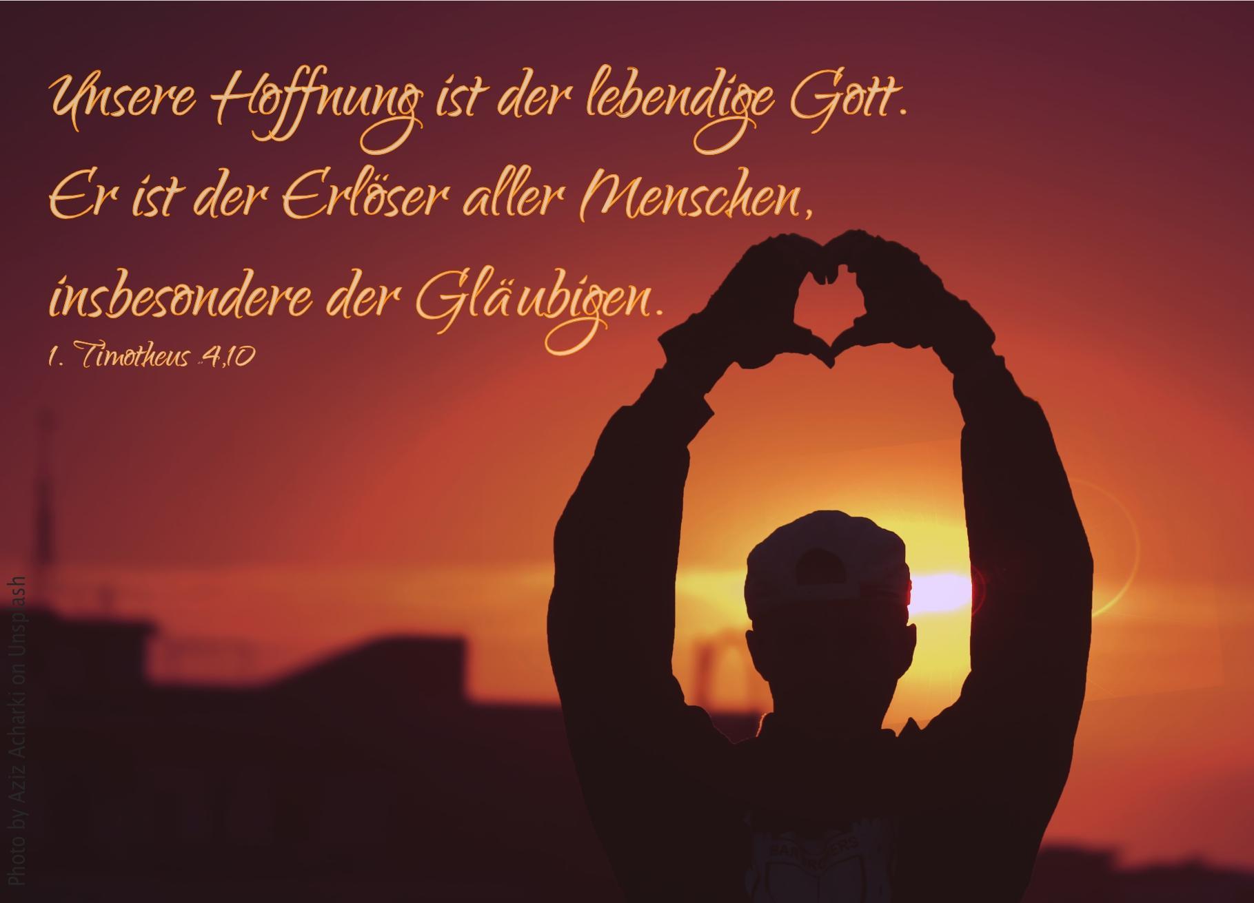 """alt=""""silhouette_einer_person_vor_abendrot_formt_herz_mit_haenden_erwartet_bibelhoerbuch_jeremias_klage"""""""
